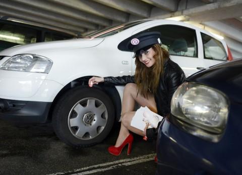 Profile Police controleert met een glimlach